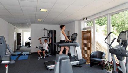 Frau macht Sport auf Cross Trainer