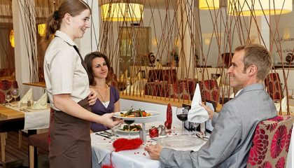 Paar und Kellnerin im Restaurant