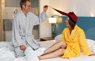 Paar lacht im Hotelzimmer