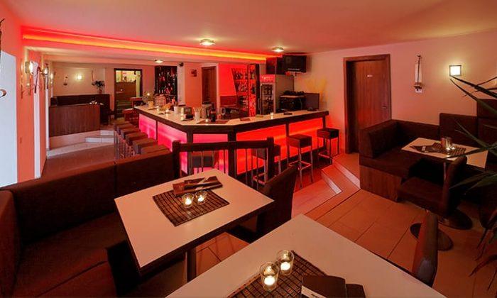 Rot beleuchtete Bar