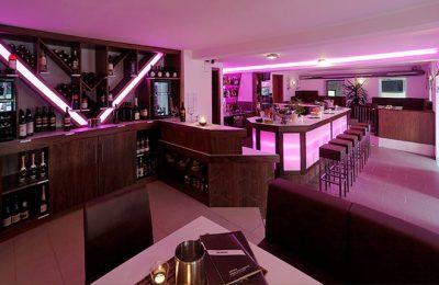 Lila beleuchtete Bar
