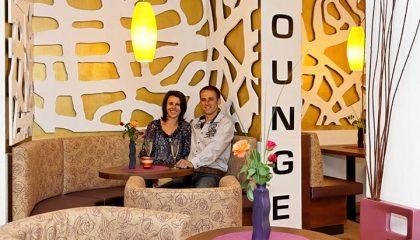 Paar entspannt in der Lounge