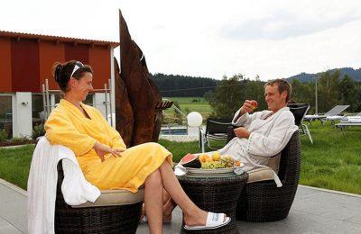 Paar isst Äpfel im Außenbereich