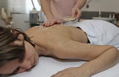 Frau erhält ein Peeling