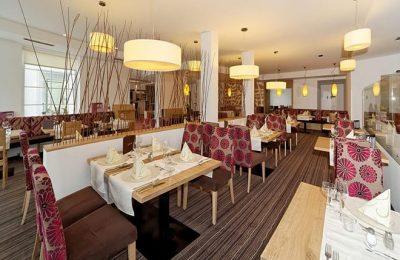 Tische im hellen Restaurant