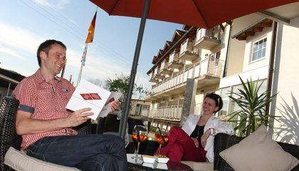 Paar erholt sich auf der Terrasse an einem sonnigen Tag