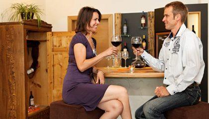 Paar probiert Wein in der Vinothek