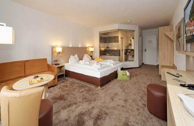 Wohnraum und Bett im Zimmer Erde