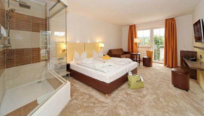 Bett und Wohnraum im Zimmer Sonne