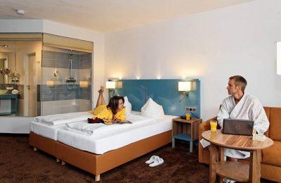 Paar und Bett im Zimmer Wasser