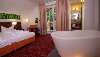 Bett im Zimmer Welle mit Badewanne