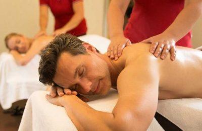 Mann genießt Massage