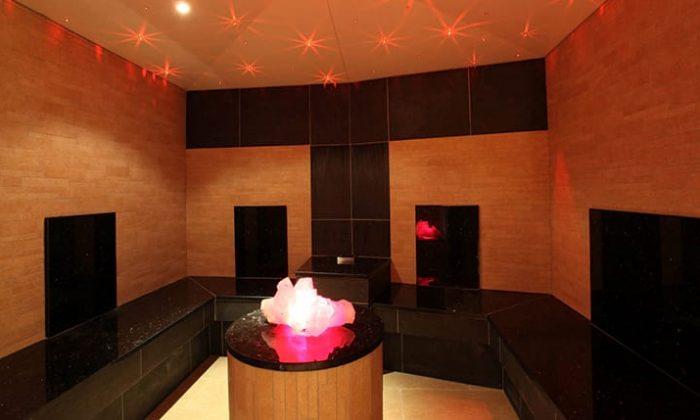 Sauna mit großem Kristall in der Mitte