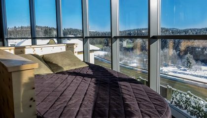 Bett vor Winterpanorama