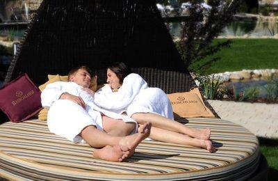 Paar entspannt im Garten