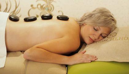 Frau genießt Hot Stone Massage