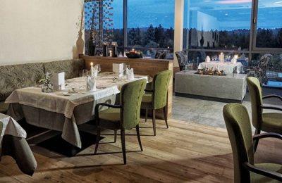 Tisch und Stühle in der Buffet in der Josefstube