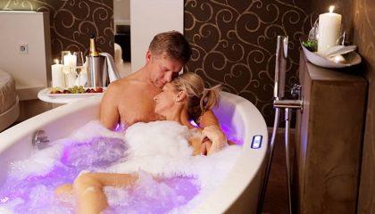 Paar badet zusammen