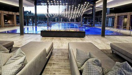 Großer Indoorpool mit Liegen