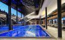 Großer blauer Indoor Pool