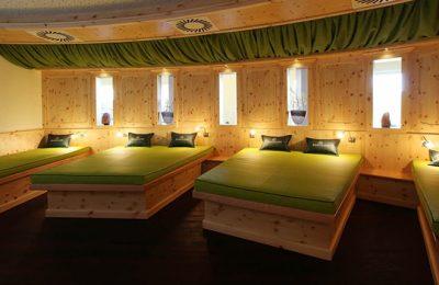 Grüne Betten in einem Ruheraum