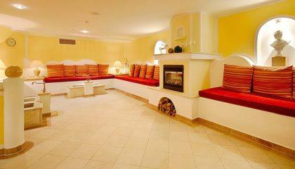 Hell erleuchteter Raum mit Kamin