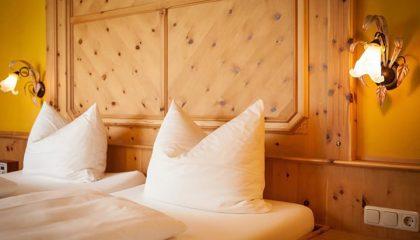 Bett in der Zirbenholz Suite