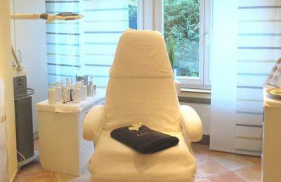 Weißer Stuhl für Beautyanwendungen