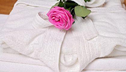 Weißer Bademantel mit einer Rose