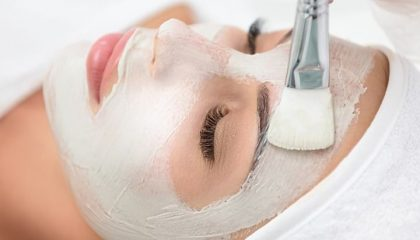 Frau erhält Gesichtsbehandlung