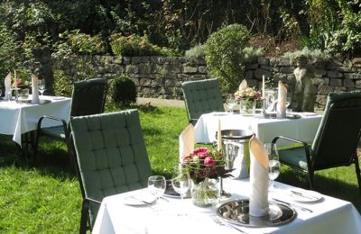 Gedeckte Tische für Dinner im Garten
