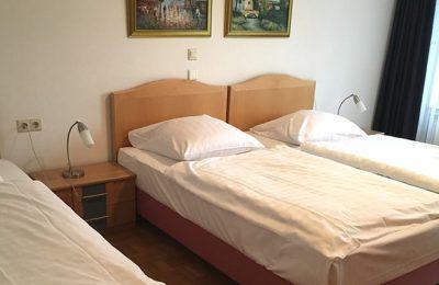 Bett im Dreibettzimmer