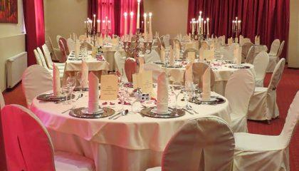 Fein gedeckte Tische für eine Hochzeit