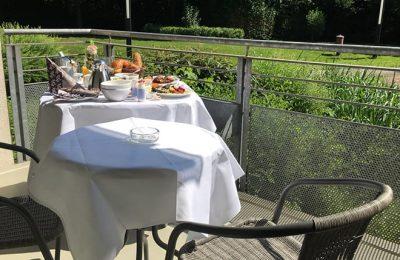 Kleines Frühstücksbuffet auf einer Terrasse