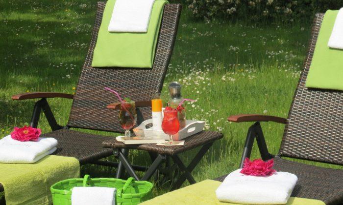 Liegen im Garten mit Erfrischungsgetränken