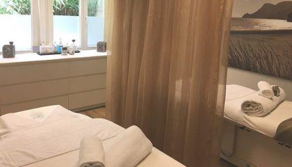 Raum mit Liegen für Massagen