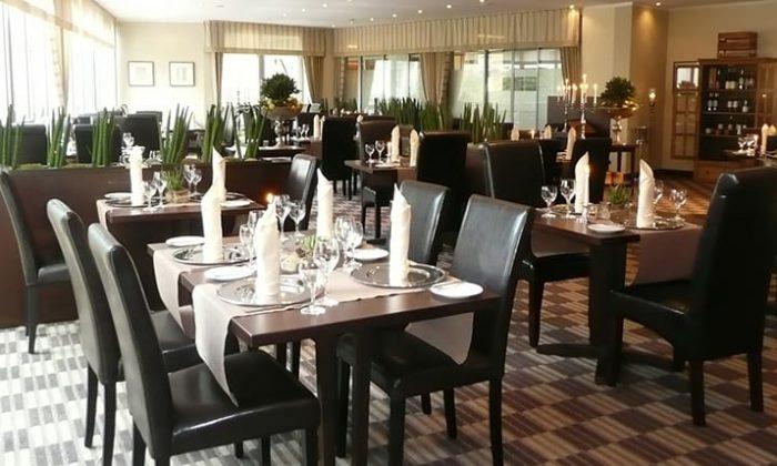 Dunkle Stühle im hellen Restaurant