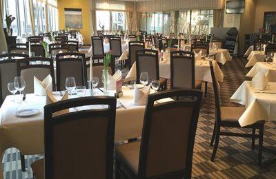 Schwarze Stühle im stilvollen Restaurant Allegro