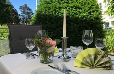 Romantisch gedeckter Tisch im Garten