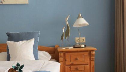 Kissen und Bett in einem Zimmer