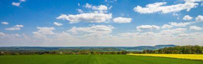 Landschaft von Rhön mit grünen Wiesen