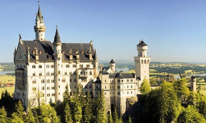 Das Schloss an einem sonnigen Tag in der Totalen