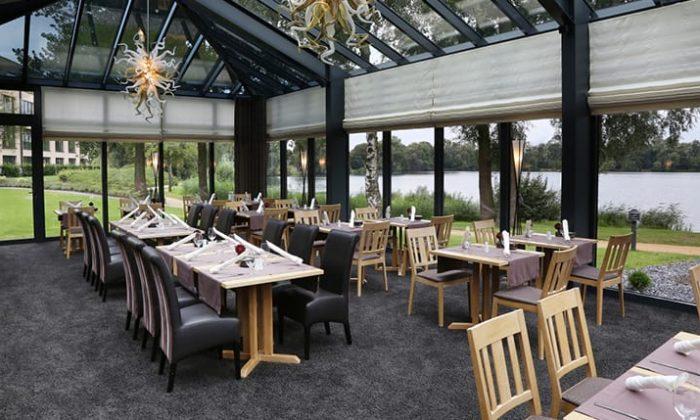Tische mit Glasfassande im Restaurant