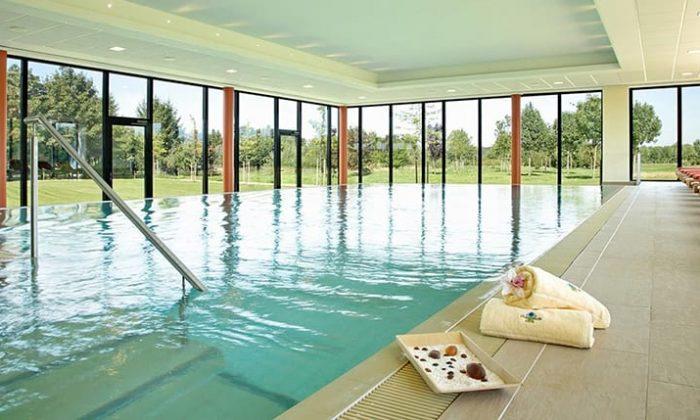 Klares Wasser im Indoor Pool