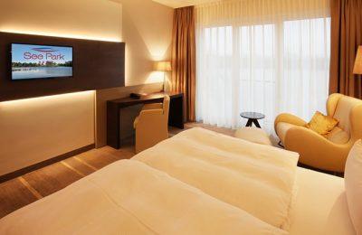 Bett und Wohnraum im Panoraamzimmer