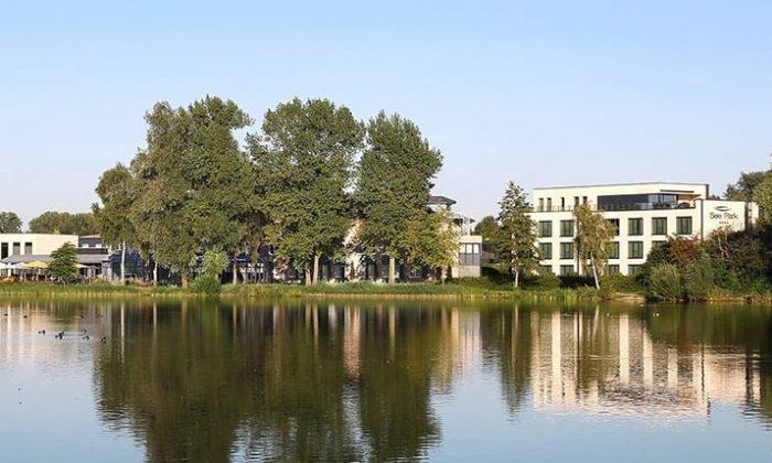 Außenansicht vom See Park Janssen an sonnigem Tag