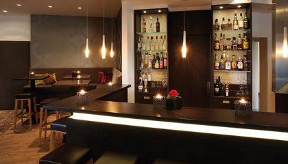 Stimmungsvoll beleuchtete Bar