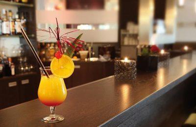 Oranger Cocktail an der Bar