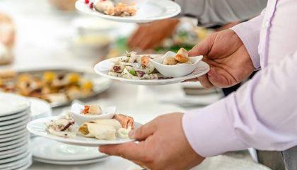 Menschen wählen Gerichte am Buffet