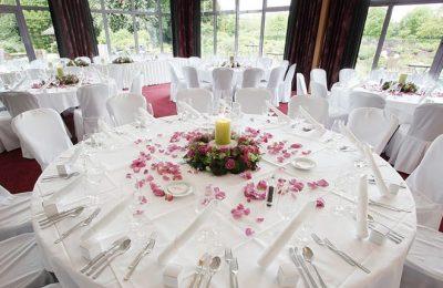 Aufwendig gedeckte Tische für Feierlichkeiten